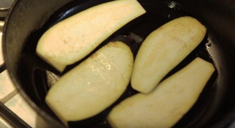 Обжариваем баклажаны на сковороде.