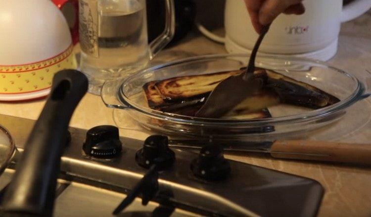 Обжаренные баклажаны перекладываем на тарелку.