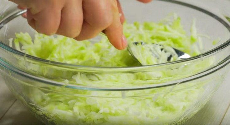 Натираем кабачки на терке, солим и перемешиваем.