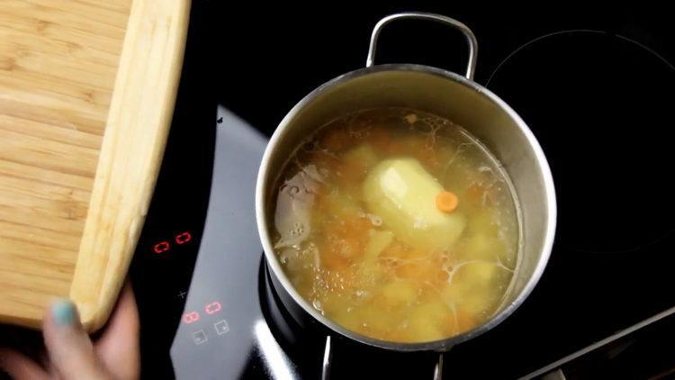Для приготовления блюда отварите бульон