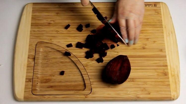 Для приготовления блюда нарежьте свеклу