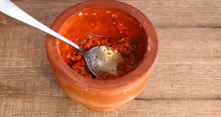Для приготовления блюда приготовьте маринад в ступке