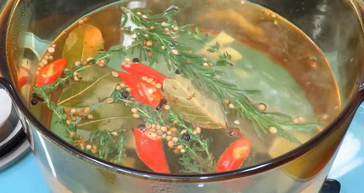Для приготовления блюда смешайте ингредиенты для маринада
