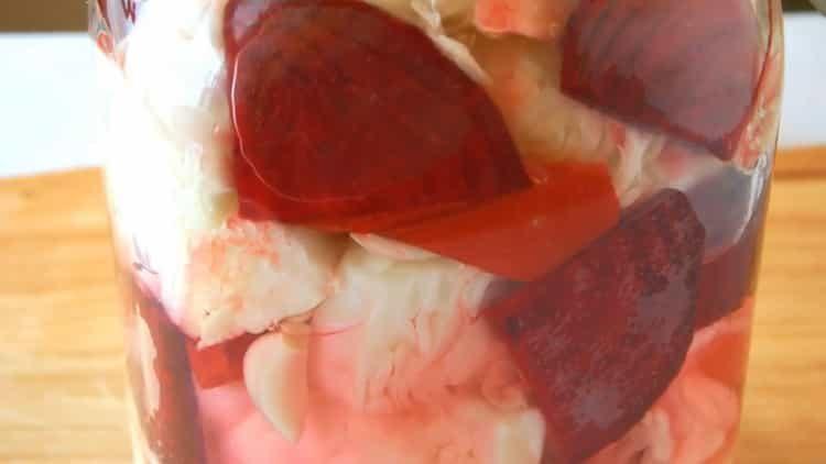 Острая квашенная капуста со свеклой и чесноком быстрого приготовления