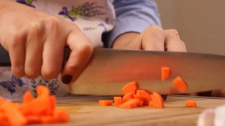 Для приготовления блюда нарежьте морковь