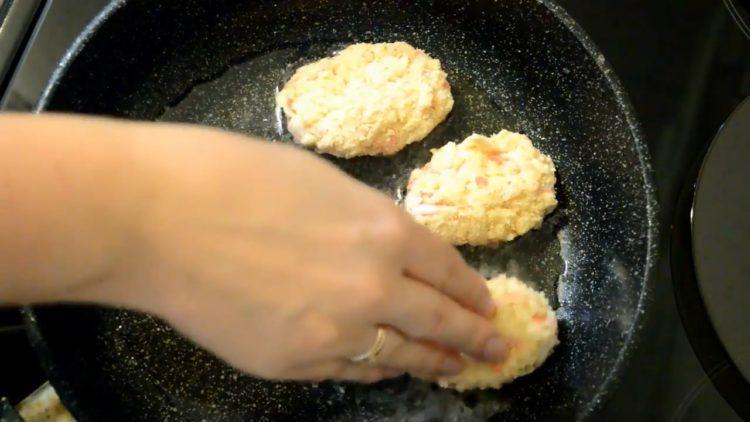 Для приготовления блюда обжарьте котлеты