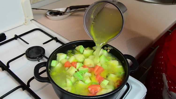 вливаем в овощи бульон