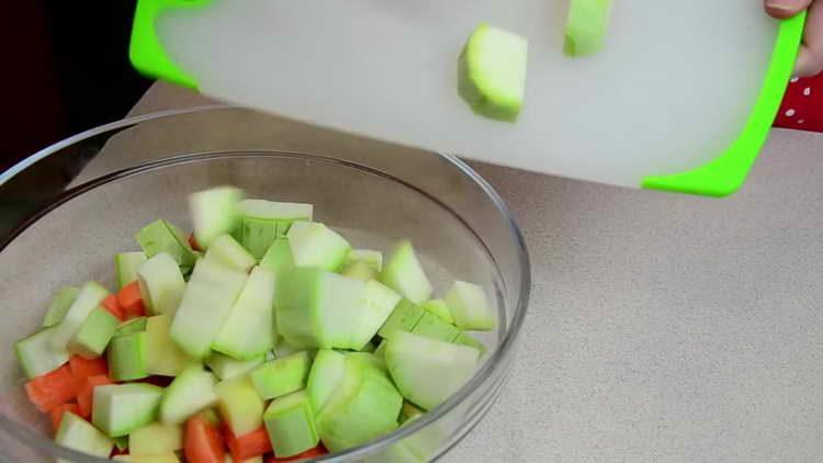 нарезаем овощи крупными кусочками