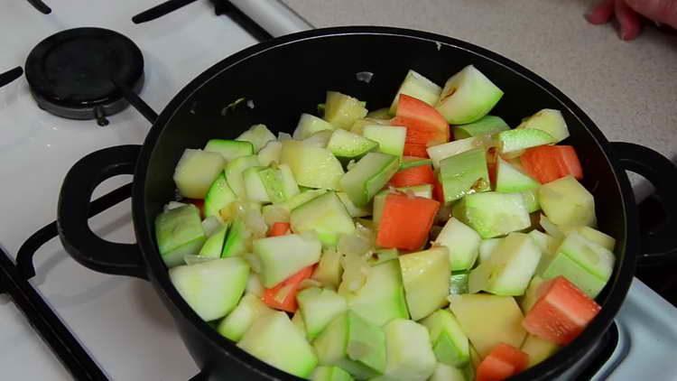 отправляем в сковородку овощи