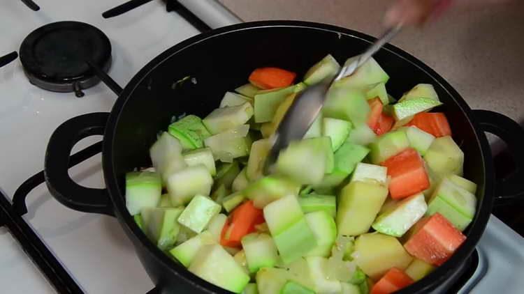 тушим овощи помешивая