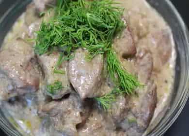 Куриная печень в сметанном соусе — очень нежная, сочная и вкусная 🥣