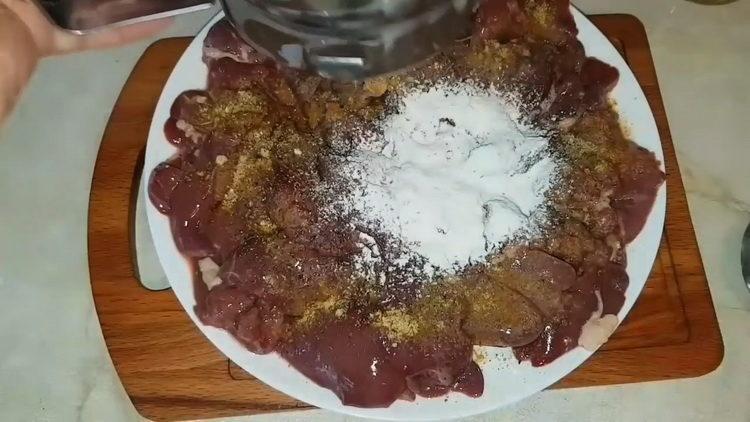 Для приготовления блюда просейте муку