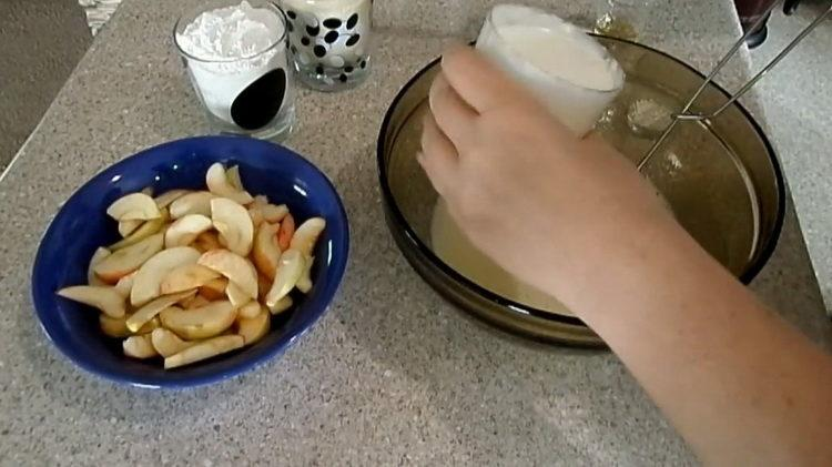 Для приготовления блюда добавьте манку