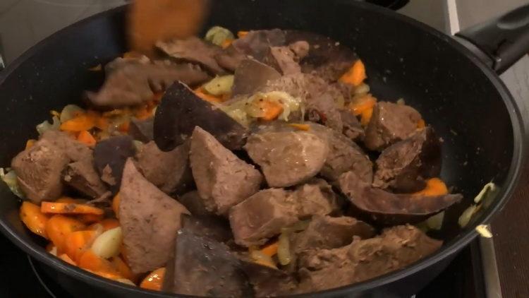 Для приготовления блюда обжарьте ингредиенты