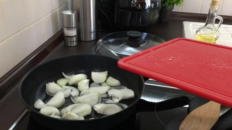 Для приготовления блюда обжарьте лук