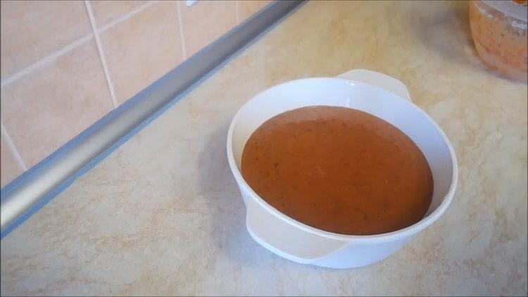Для приготовления блюда выложите тесто в форму