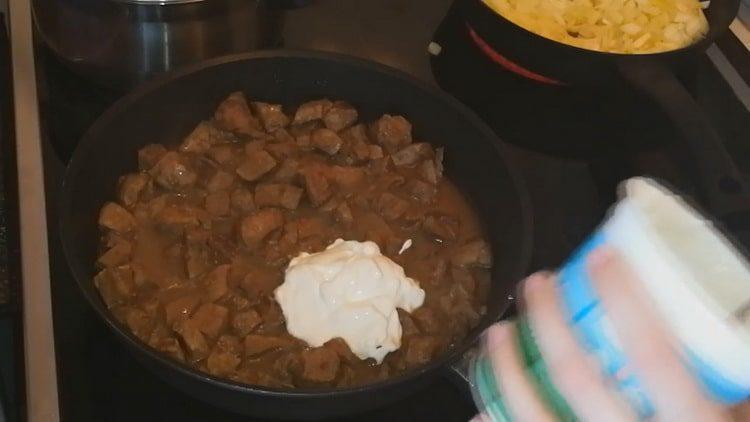Для приготовления блюда добавьте сметану