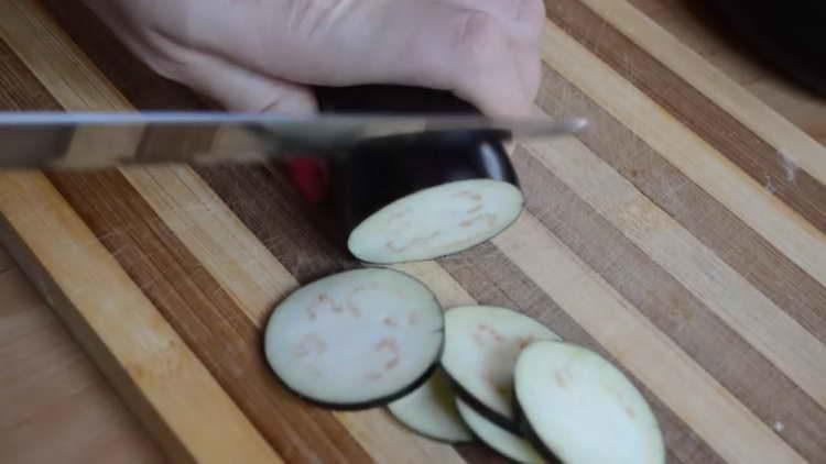 нарезаем кружочками баклажан