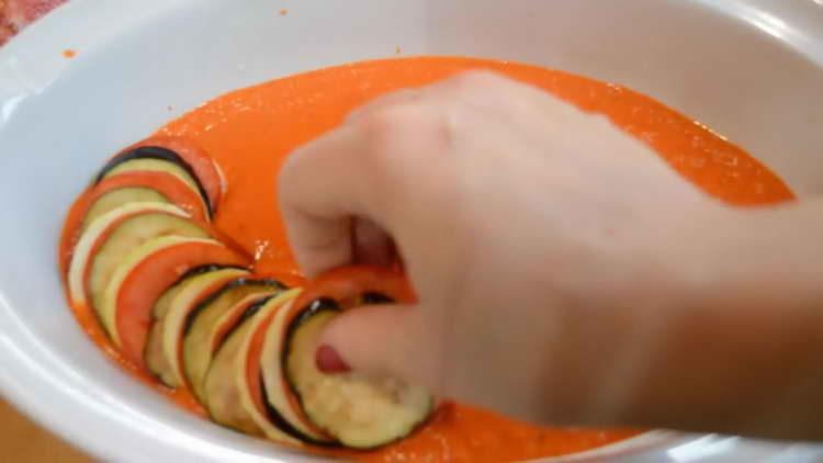 выкладываем поочередно овощи