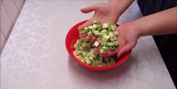 нарезаем кабачки кубиками