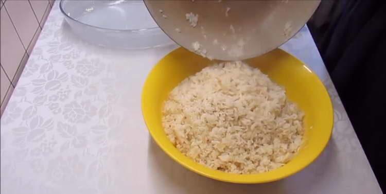 в жидкую смесь добавляем рис и овощи