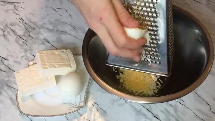 Готовим рулетики из крабовых палочек