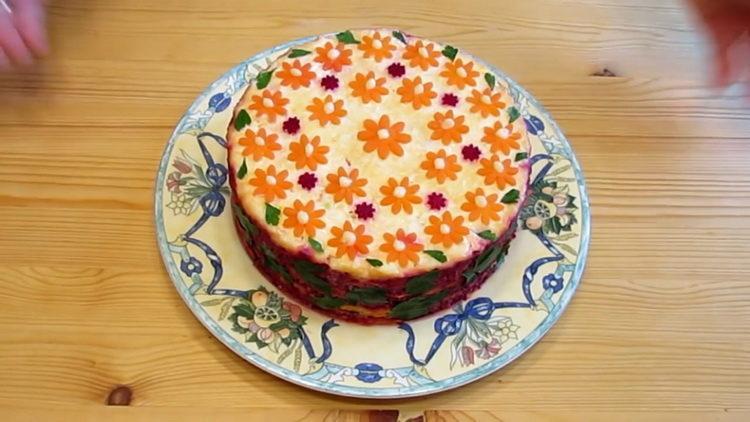 салат из свеклы моркови и сыра готов
