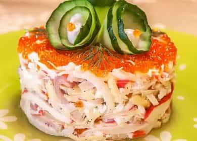 Как научиться готовить вкусный салат с кальмарами и крабовыми палочками по простому рецепту 🥗