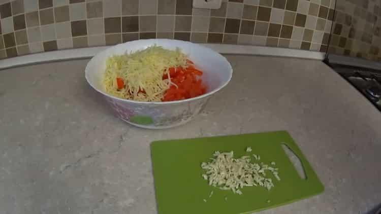 Для приготовления блюда натрите чеснок