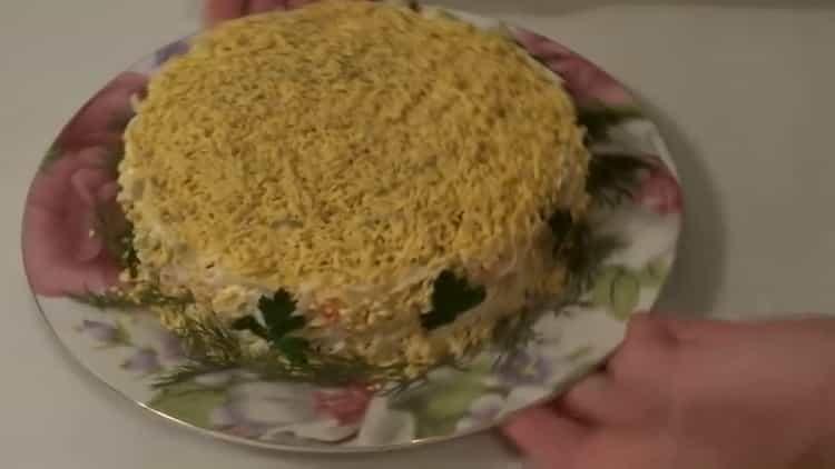салат с крабовыми палочками и сыром готов