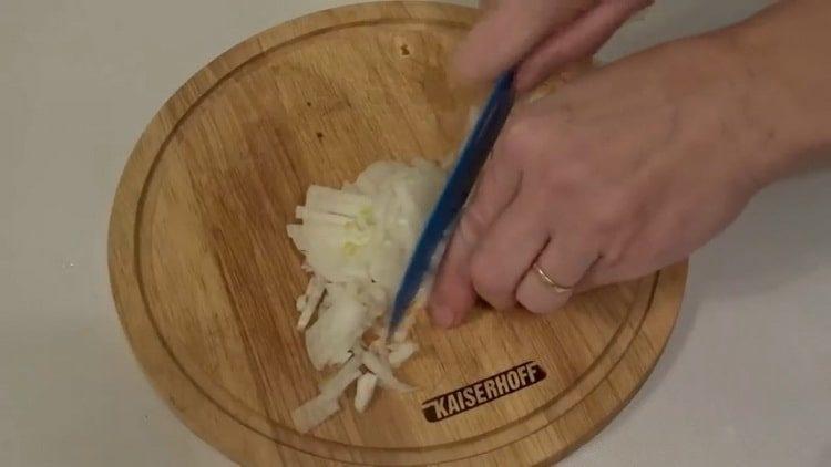 Готовим салат с крабовыми палочками и сыром