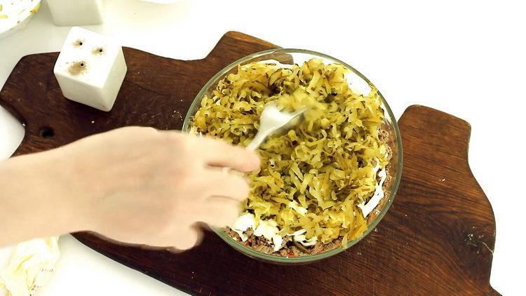 Для приготовления блюда выложите огурцы