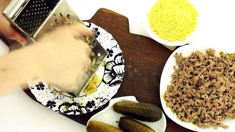 Для приготовления блюда натрите печень
