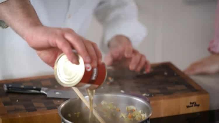 Для приготовления блюда подготовьте тушенку