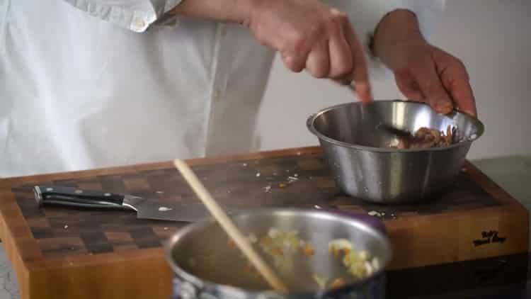 Для приготовления блюда измельчите тушенку