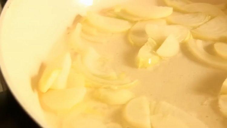 Для приготовления печени нарежьте лук