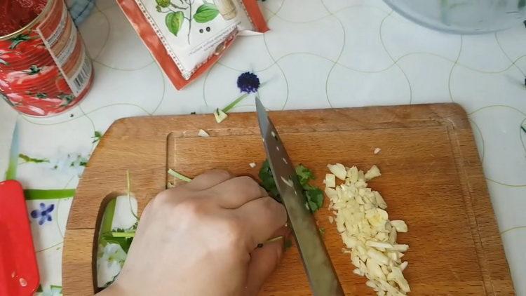 нарежьте чеснок и зелень