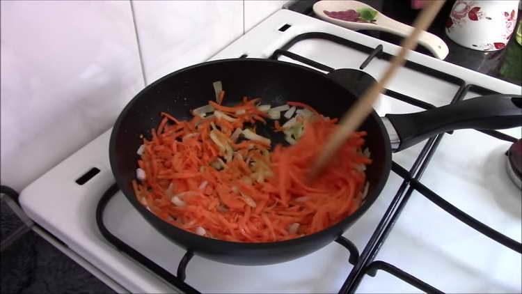 к луку добавляем морковку