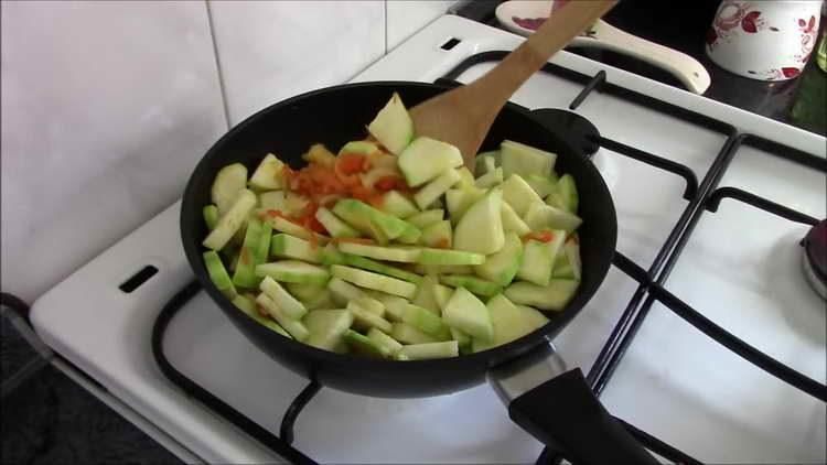 выкладываем в сковородку кабачки