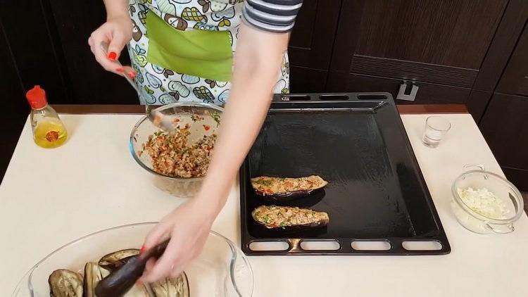 Для приготовления блюда нафаршируйте баклажан