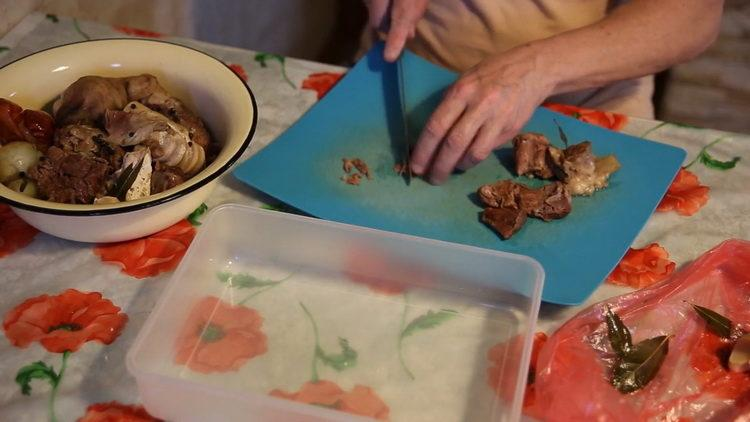 Для приготовления блюда нарежьте мясо