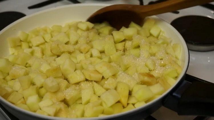 Для приготовления штруделя добавьте сахар