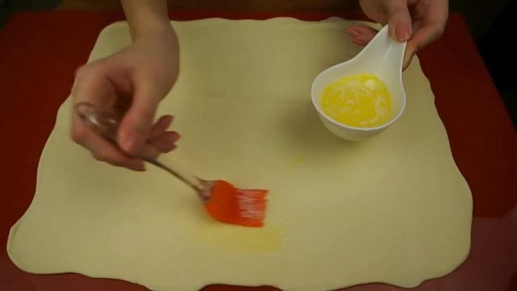 Для приготовления штруделя смажьте маслом