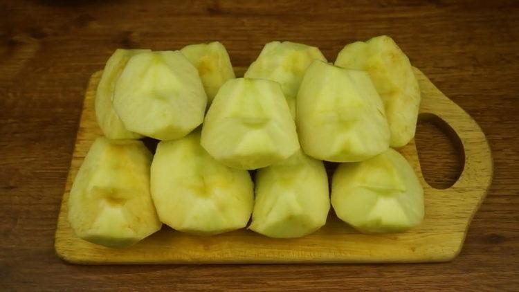 Для приготовления штруделя очистите яблоки