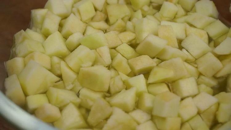 Для приготовления штруделя нарежьте яблоки