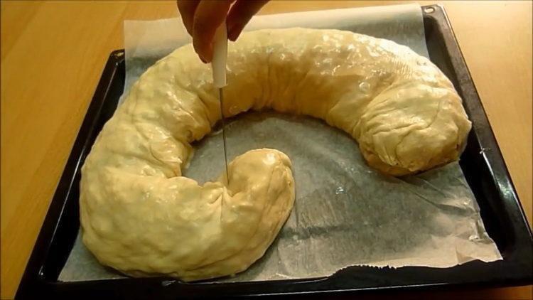 Для приготовления выпечки надрежьте тесто