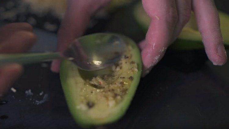 Смазываем пикантной заправкой наши авокадо.