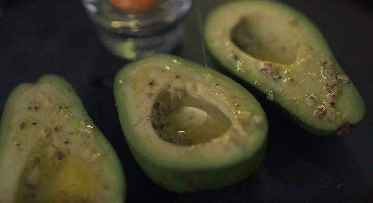 Каждую половинку авокадо заполняем яичным белком.