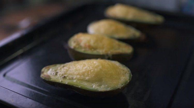 Под грилем запекаем авокадо несколько минут.