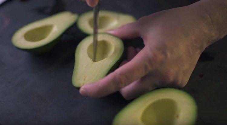 Делаем на мякоти авокадо надрезы.